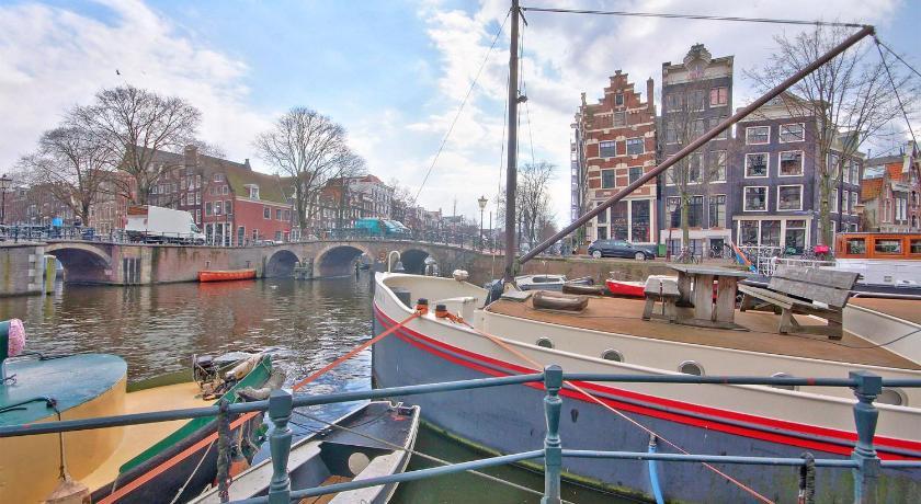 Dormir sur une péniche à Amsterdam sur le Houseboat Prince William & Houseboat Prince Arthur par exemple.