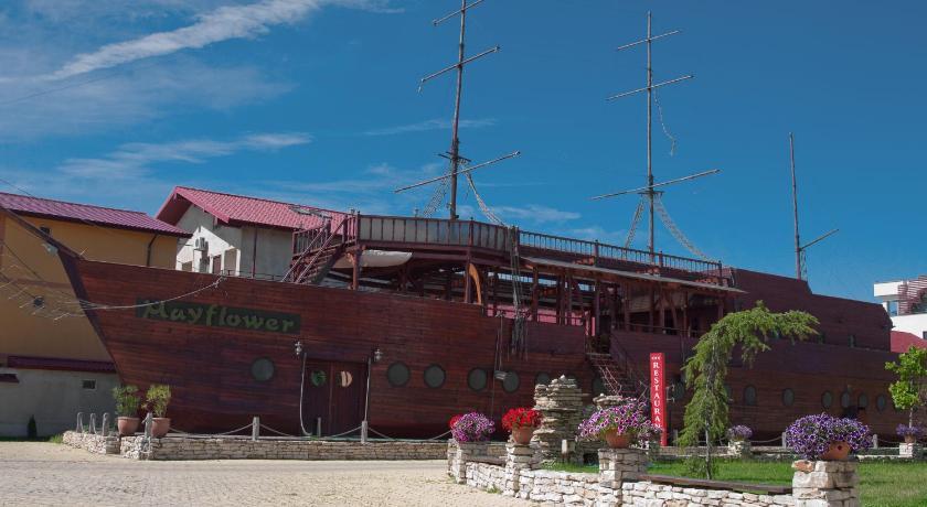 restaurant corabia piratilor navodari hoteluri