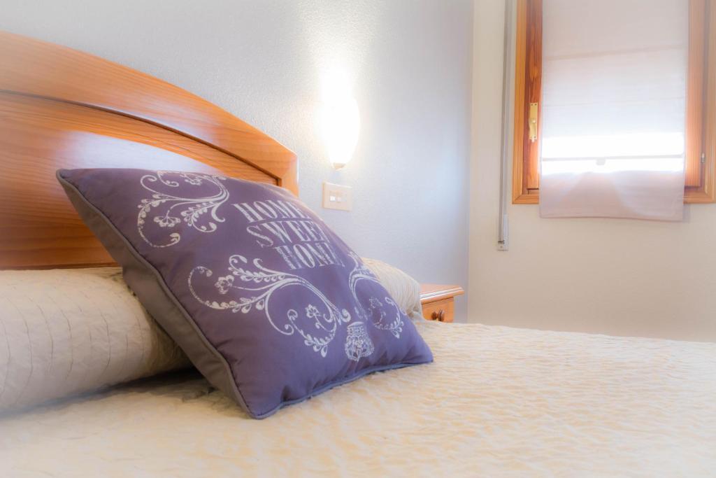 เตียงในห้องที่ L'Oncle Pere Habitacions