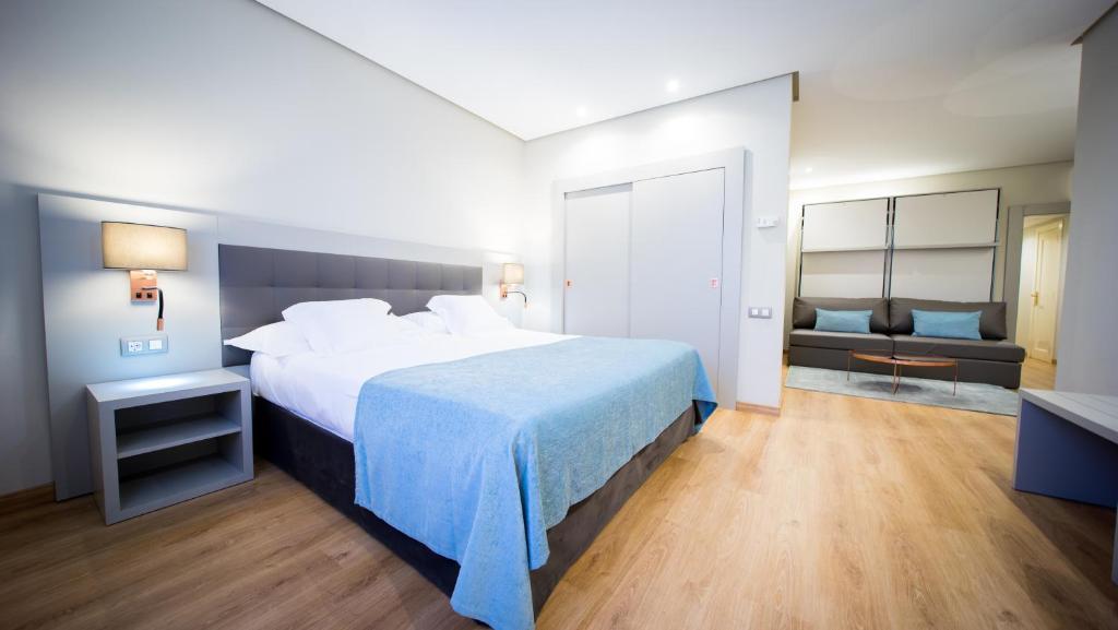 เตียงในห้องที่ Mercure Carlton Rioja