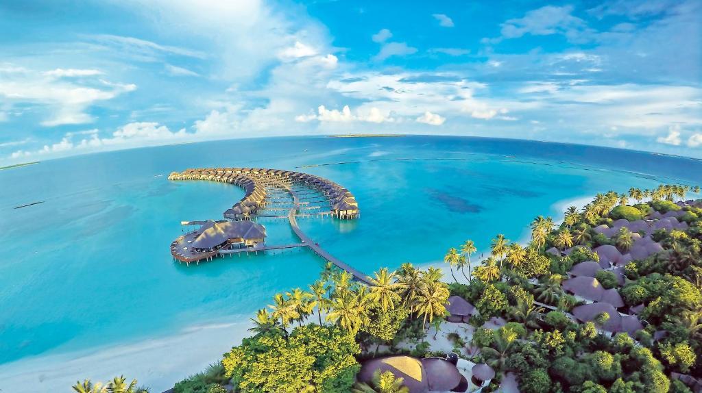 Курортный отель The Sun Siyam Iru Fushi занимает территорию площадью 21 гектара в центре атолла Нуну. К услугам гостей курортного отеля просторный пляж, виллы над водой с бесплатным Wi-Fi, а также пейзажный бассейн для двоих с видом на Индийский океан и семейный бассейн. В спа-центре The Spa by Thalgo France можно посетить различные виды массажа и фирменные спа-процедуры.