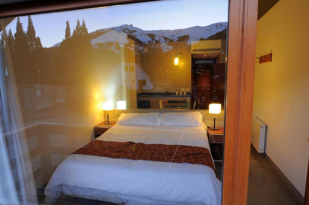 เตียงในห้องที่ Lofts del Catedral
