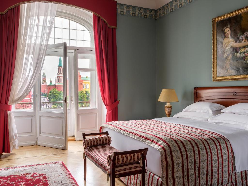 เตียงในห้องที่ Hotel National, a Luxury Collection Hotel in Moscow