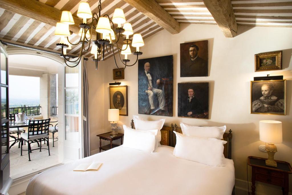 A bed or beds in a room at La Bastide de Gordes