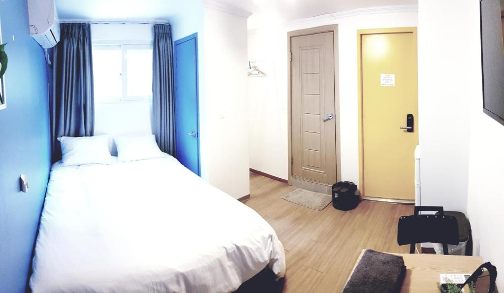 เตียงในห้องที่ Hongdae Yeontal Young's Calm House