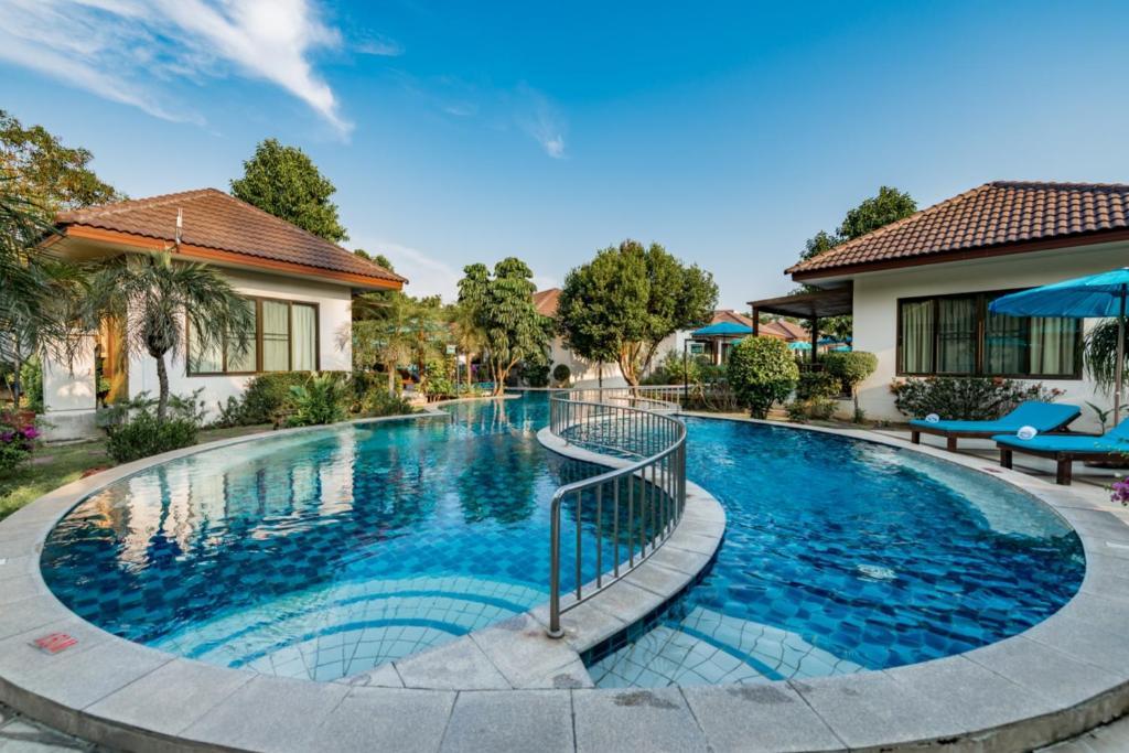 สระว่ายน้ำที่อยู่ใกล้ ๆ หรือใน Pinnacle Grand Jomtien Resort