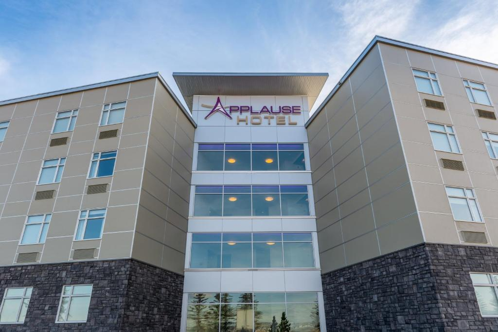 Applause Hotel Calgary Airport by Clique.