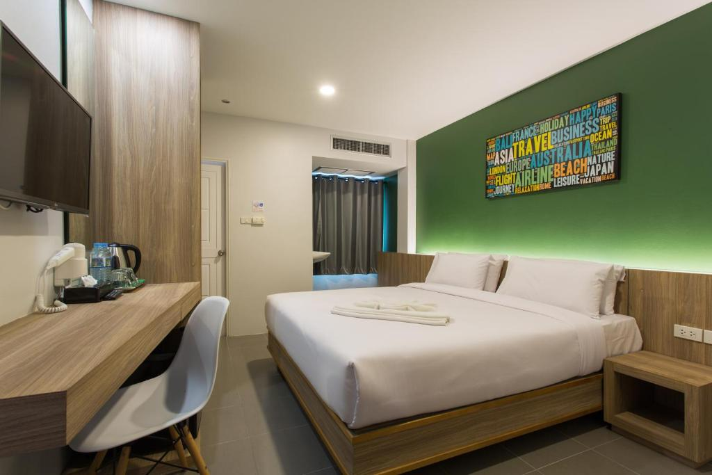เตียงในห้องที่ โรงแรมซิตี้กระบี่
