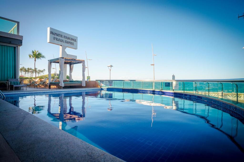 สระว่ายน้ำที่อยู่ใกล้ ๆ หรือใน Monte Pascoal Praia Hotel Salvador