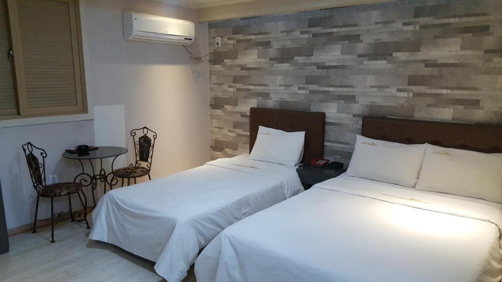 เตียงในห้องที่ Hotel Rexvill