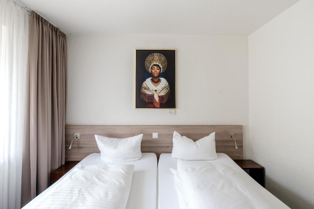 เตียงในห้องที่ Hotel Schwarzwälder Hof