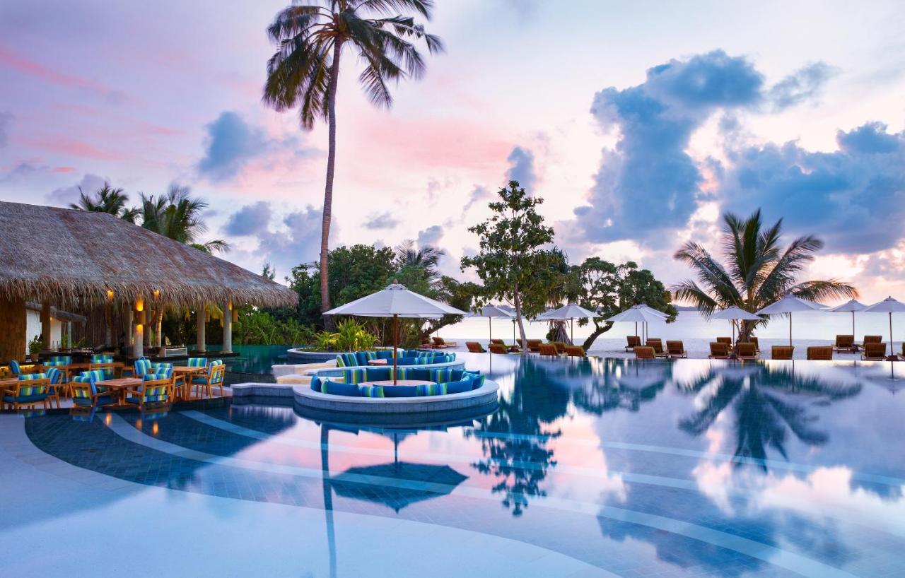 плавательный бассейн с шезлонгами на закате