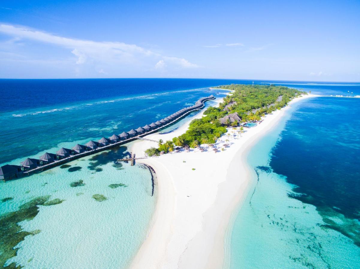 Курортный спа-отель Kuredu Island находится рядом с пляжем на острове Куреду (атолл Лхавийани)