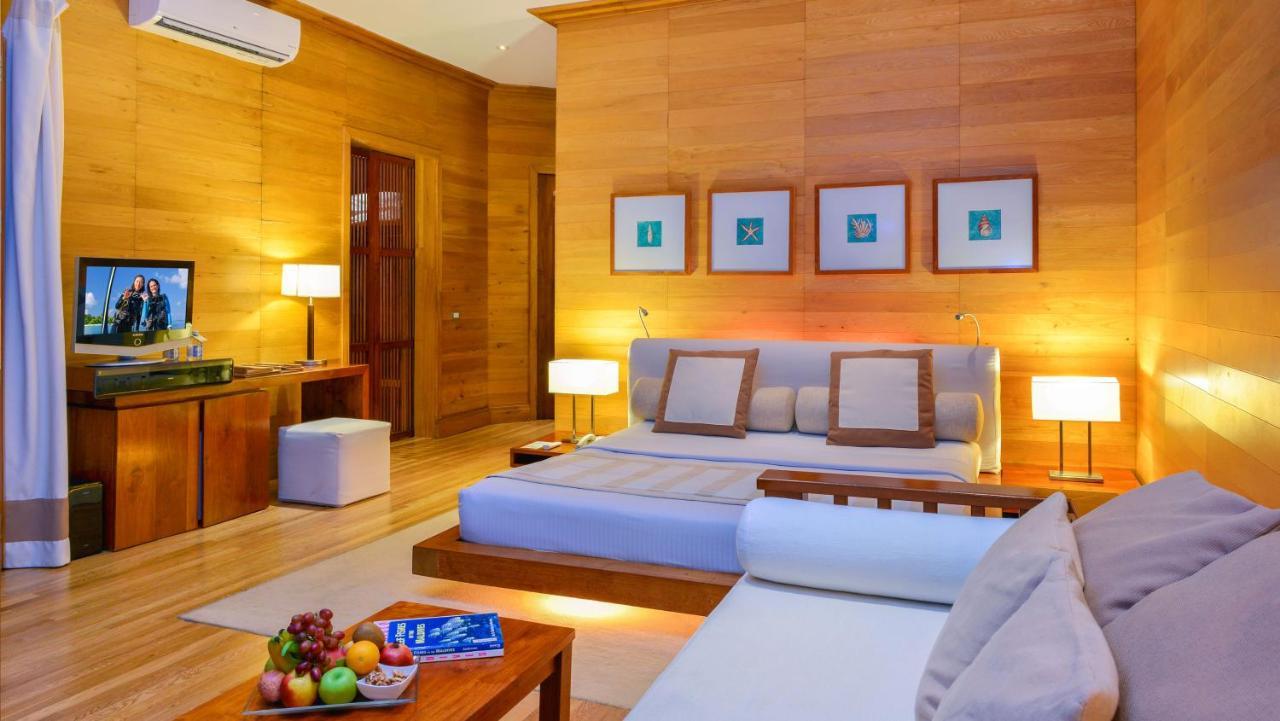 Виллы оснащены кондиционером и построены прямо над водой Индийского океана. На полу имеются стеклянные панели. Все виллы располагают телевизором с плоским экраном, DVD-плеером и кофемашиной. В ванной комнате установлена гидромассажная ванна.