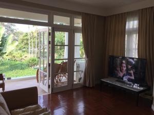 โทรทัศน์และ/หรือระบบความบันเทิงของ Baan Dhewaran Beachfront Villa