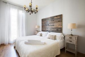 เตียงในห้องที่ BCN Rambla Catalunya Apartments