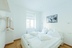 เตียงในห้องที่ The newPAST Apartments