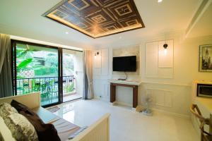 โทรทัศน์และ/หรือระบบความบันเทิงของ Marrakesh Huahin 1 bedroom with pool access 307