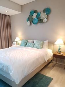 เตียงในห้องที่ Veranda Residence by MonthStayz
