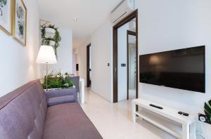 โทรทัศน์และ/หรือระบบความบันเทิงของ Luxury 2br Business Suite