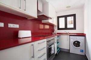 ครัวหรือมุมครัวของ Guell Modern Apartment