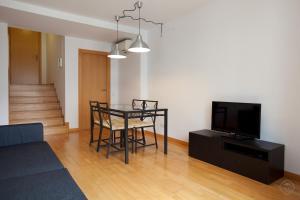 โทรทัศน์และ/หรือระบบความบันเทิงของ Guell Modern Apartment