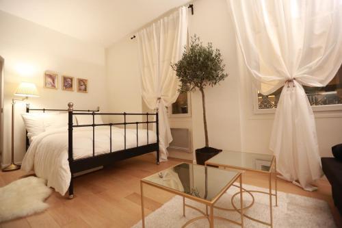 เตียงในห้องที่ Parisseine Saint Germain Odeon