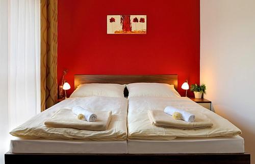 เตียงในห้องที่ Melrose Apartments