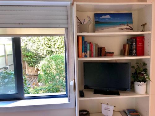 โทรทัศน์และ/หรือระบบความบันเทิงของ Oporto Garden House - Annex bedroom