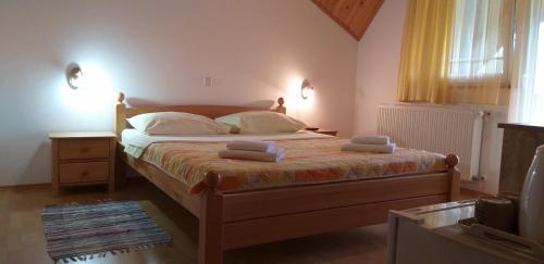 เตียงในห้องที่ Apartman & Sobe Orhideja