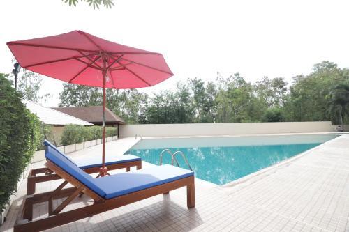 สระว่ายน้ำที่อยู่ใกล้ ๆ หรือใน OYO 142 Taipan Resort And Condominium
