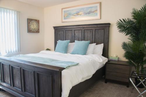South Coast Plaza Home | King Bed | 4k Tvs
